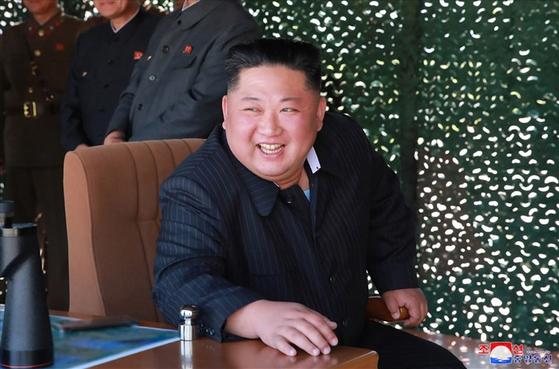 북한이 지난 9일 김정은 국무위원장의 지도 아래 조선인민군 전연(전방) 및 서부전선방어부대들의 화력타격훈련을 했다고 조선중앙통신이 보도했다. 중앙통신이 공개한 사진에서 김 위원장이 훈련을 참관하고 있다.[연합뉴스]