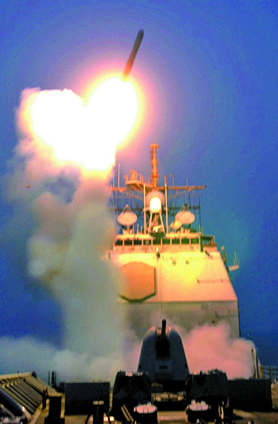 2003년 5월 이라크전 당시 미국 구축함 벙커힐함에서 이라크를 향해 토마호크 순항미사일을 발사하고 있다. 토마호크 공습은 미군의 전쟁 개시 신호다. [로이터=뉴시스]