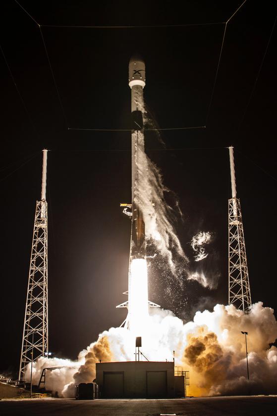 23일(현지시각) 총 60기의 인공위성을 실은 스페이스X의 팰컨9 로켓이 미국 플로리다 주 케이프 커네버럴 공군기지에서 발사되고 있다. 2단 로켓추진체는 지구 상공 440km까지 인공위성을 '배달'하는 역할을 한다. 목표 궤도인 550km 상공까지는 인공위성이 자체 추진력을 이용한다. [UPI=연합뉴스]