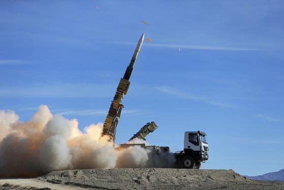 이란이 자체 개발한 지대공 미사일 사야드 2를 지난해 11월 군사 훈련에서 발사하고 있다. 이 미사일은 반경 100~120km의 범위, 최고 17km의 고도에서 날아오는 초음속 항공기는 물론 탄도 미사일까지 요격할 수 있다. 이란은 상당수 미사일과 전투기, 전차, 어뢰 등을 자체 생산한다. [AP=연합뉴스]