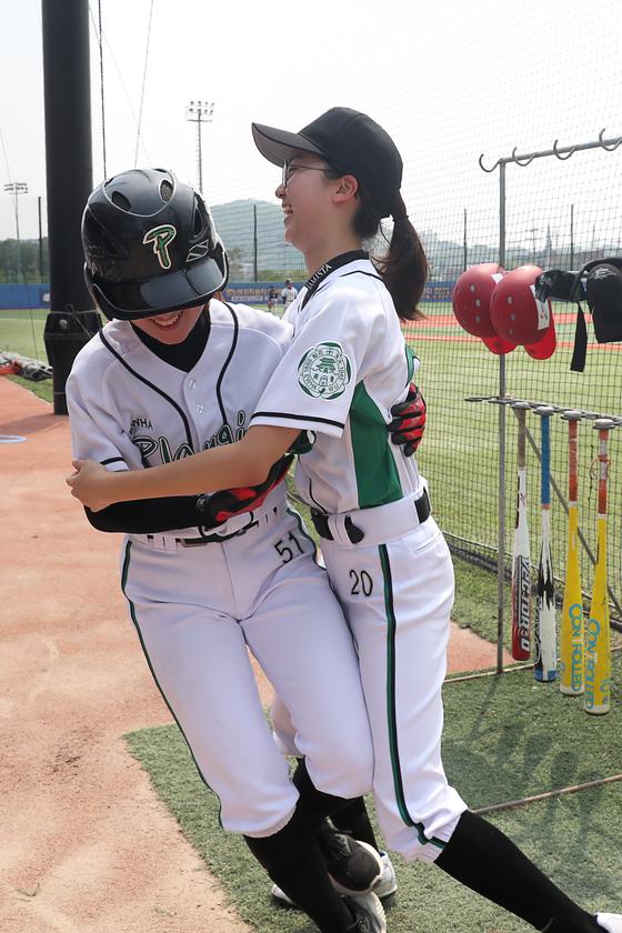득점에 성공한 선수들이 얼싸안고 있다. 장진영 기자