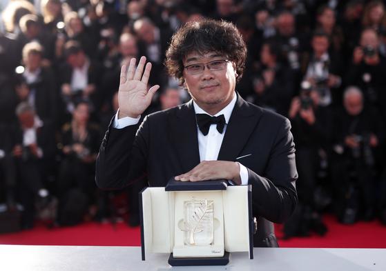 '기생충'으로 한국영화 사상 처음 칸영화제 황금종려상을 받은 봉준호 감독. [EPA=연합뉴스]