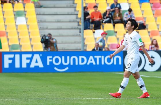 한국이 U-20 월드컵 조별리그 첫 경기에서 포르투갈에 0-1로 졌다. 아쉬워하는 이강인. [연합뉴스]