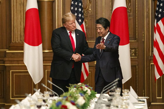 트럼프 미국 대통령과 아베 일본 총리가 27일 확대 정상회담을 앞두고 대화를 나누고 있다. [뉴시스]