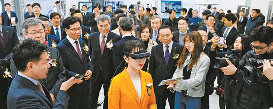 3월 25일 코리아텍 5G 기반 스마트 러닝 팩토리(Smart Learning Factory) 개관식에서 참가자들이 시연을 보고 있다. [사진 코리아텍]