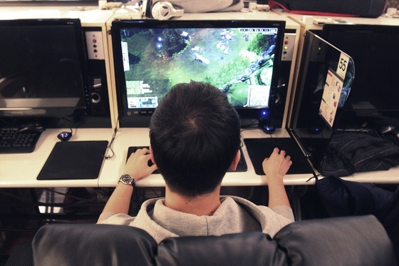 2013년 한 대학생이 PC방에서 게임을 즐기고 있는 모습.(사진은 기사내용과 상관 없음)[AP=연합뉴스]