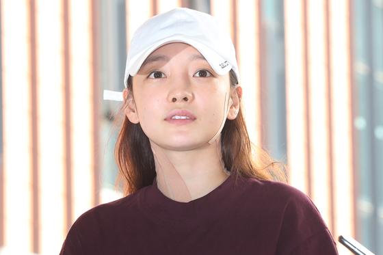 카라 출신인 구하라가 지난해 9월 18일 오후 서울 강남경찰서에 출석, 취재진의 질문을 듣고 있다.[연합뉴스]