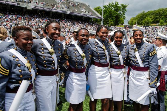 아프리카계 미국인 여성 졸업생들이 25일(현지시간) 웨스트포인트 졸업식에서 기념촬영하고 있다. [로이터=연합뉴스]