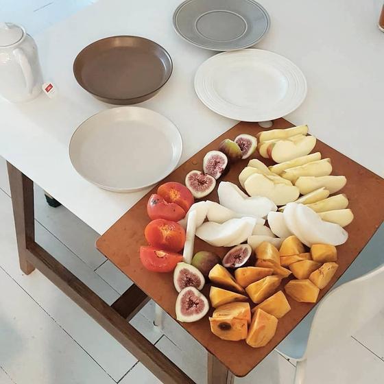 어느 가을날의 아침 과일은 사과, 감, 무화과, 배로 차려진 성찬이었다. 매일 아침 과일을 먹으면서 자연이 주는 감사한 선물에 더 겸손해지고 마음이 풍족해질 수 있었다. [사진 심채윤]
