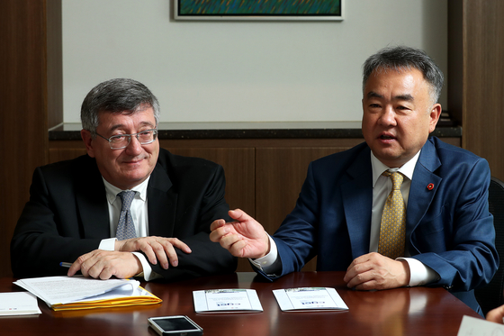 세르주 모르방(왼쪽) 프랑스 국토평등위원장과 송재호 국가균형발전위원장이 24일 오전 서울 중구의 한 호텔에서 균형 발전을 주제로 대담하고 있다. 장진영 기자