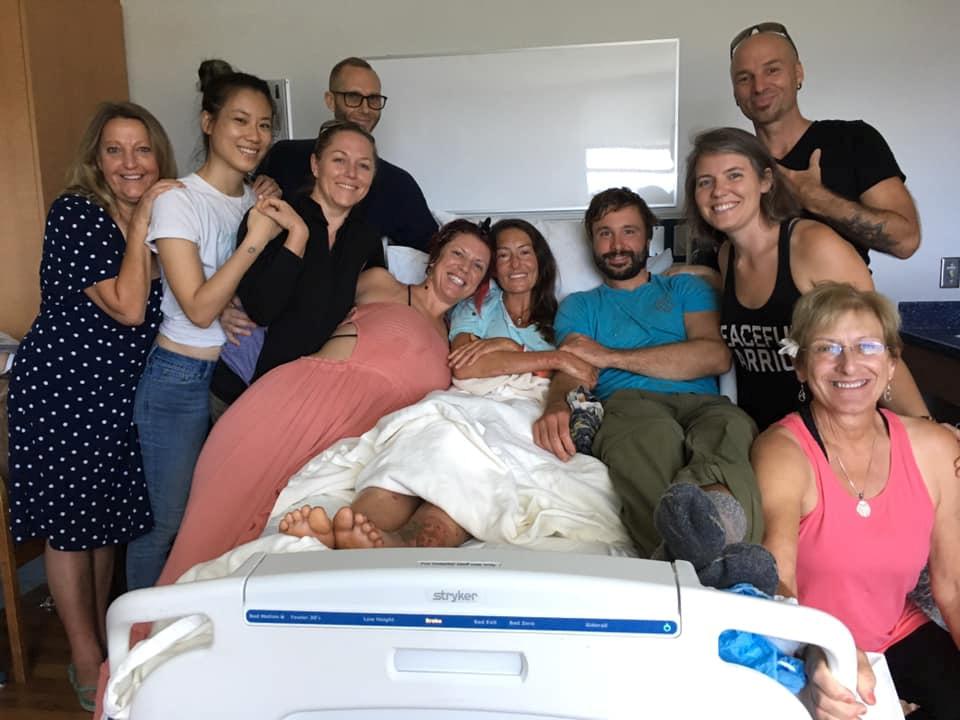 엘러가 하와이 마우이 메모리얼 메디컬 센터에서 가족 그리고 지인들과 함께 했다. [로이터=연합뉴스]