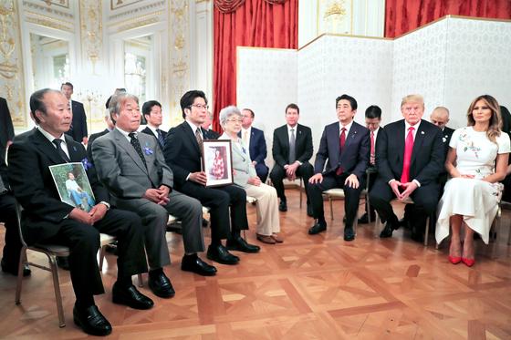 트럼프 미국 대통령과 아베 일본 총리가 27일 북한에 의한 일본 납치 피해자 가족들과 면담하고 있다 [로이터=연합뉴스]