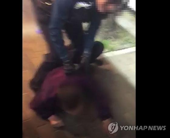 """남녀 경찰관이 주취자들을 체포하는 과정에서 여성 경찰관의 대응이 미숙했다는 비판 여론이 커지고 있다. 경찰이 """"여경이 소극적이지 않았다""""고 해명했지만 논란은 좀처럼 수그러들지 않는 분위기다. 사진은 관련 영상의 한 장면. [서울 구로경찰서 제공]"""