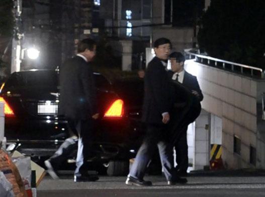 지난 21일 오후 서훈 국정원장과 양정철 민주연구원장이 서울 강남의 한 음식점에서 만난 뒤 헤어지고 있다. [사진 더팩트]