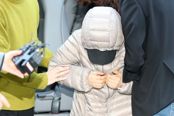 14개월 영아를 학대하는 등 아동복지법 위반 혐의를 받는 김모씨가 8일 오전 서울 양천구 서울남부지방법원에서 열리는 구속 전 피의자 심문(영장실질심사)에 출석하고 있다. [뉴스1]