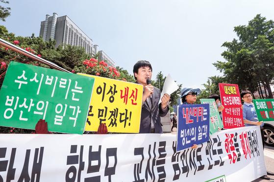 """지난 23일 서울중앙지법 앞에서 공정사회를 위한 국민모임 회원들이 '이번 판결을 환영한다""""며 학생부종합전형 폐지를 촉구했다. [뉴스1]"""