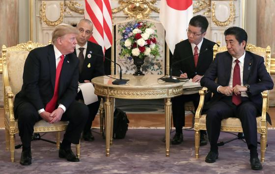 트럼프 미국 대통령과 아베 일본 총리가 27일 단독 정상회담을 앞두고 대화를 나누고 있다. [AP=연합뉴스]