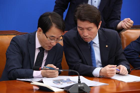지난 21일 더불어민주당 원내대책회의에서 이인영 원내대표(오른쪽)가 이원욱 원내수석부대표와 이야기하고 있다. 오종택 기자