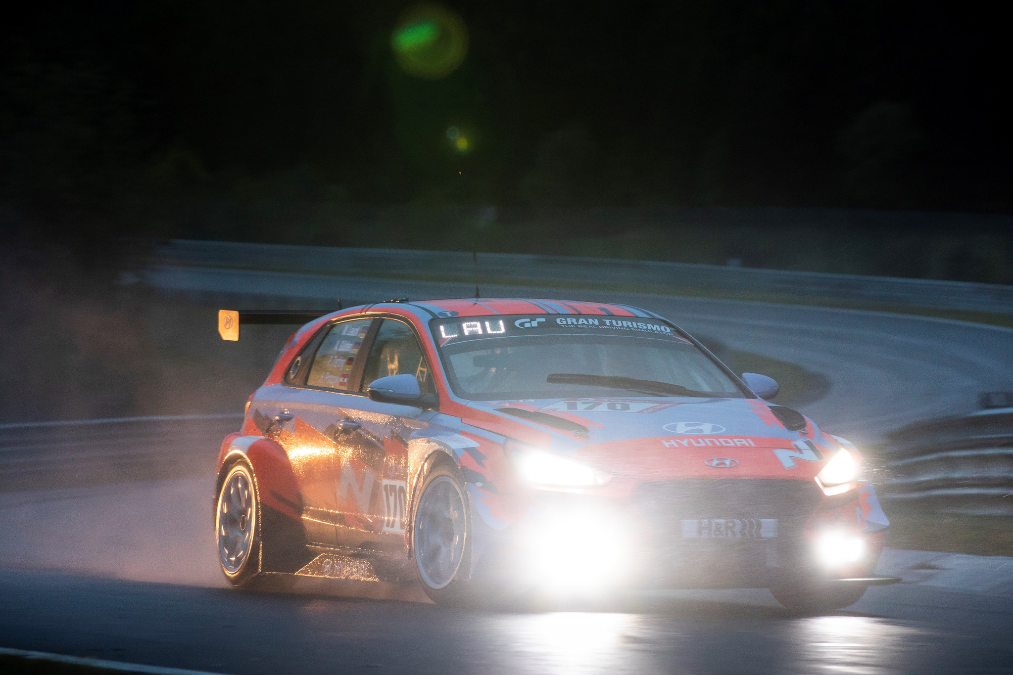 현대자동차 'i30 N TCR'이 지난 18~19일(현지시간) 독일 뉘르부르크링 서킷에서 열린 '뉘르부르크링 24시 내구레이스' 예선전에서 역주하고 있다.