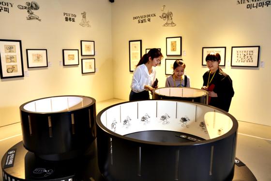애니메이션 영화 1초를 위해서는 그림 24컷이 필요하다. 김은비(맨 왼쪽) 해설사가 소중 학생기자단에게 정지 그림이 살아 움직이는 것처럼 보이게 만드는 원통 체험을 설명하고 있다.