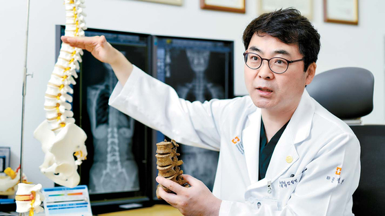 김성민 서울바른병원장의 척추 맞춤 치료는 열정과 노력의 산물이다. 그는 5000건 이상의 수술 경험을 갖춘 지금도 수십 년 된 척추 모형으로 모의 수술을 집도한다. 김동하 기자
