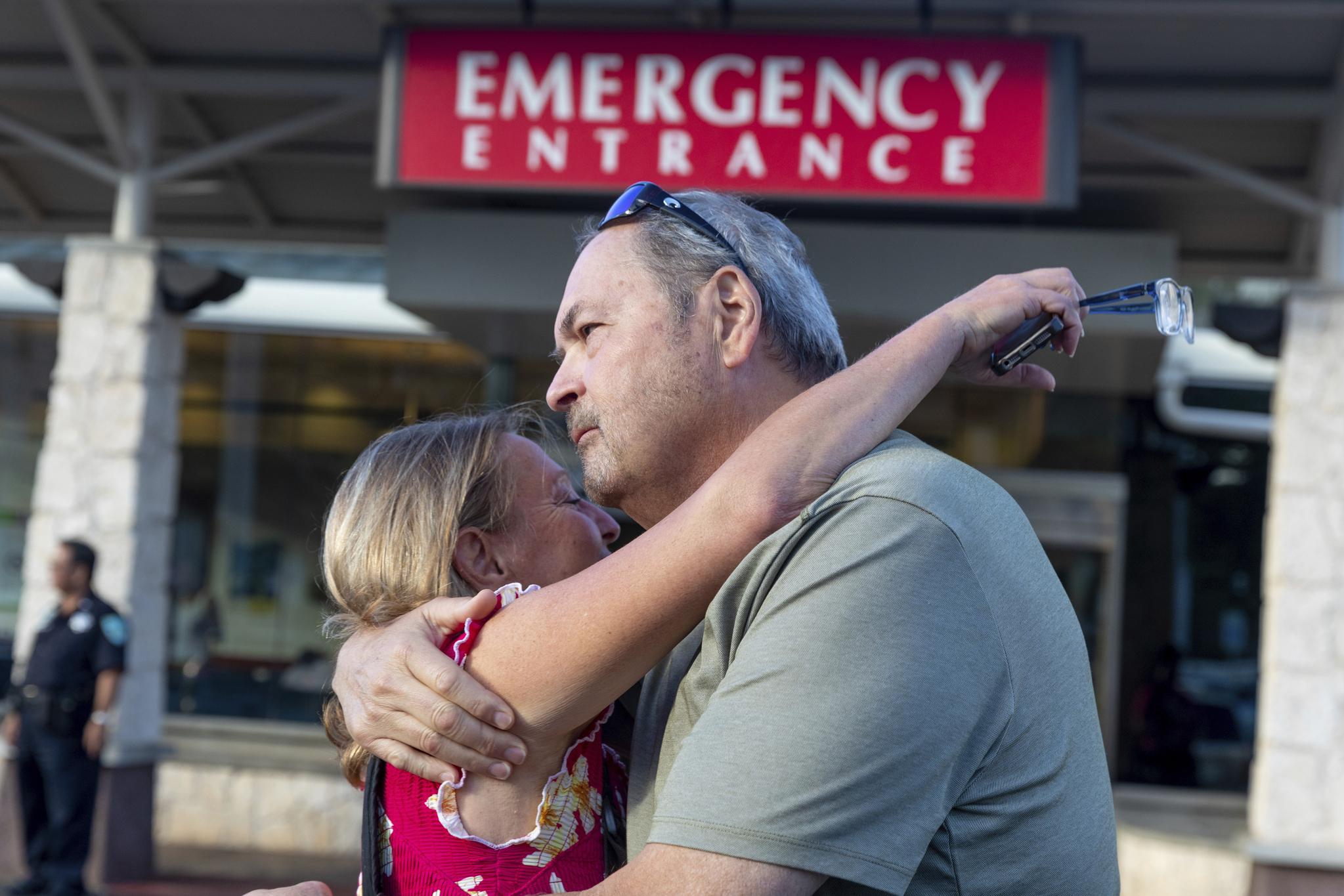 아만다 엘러의 아버지 존 엘러(오른쪽) 가 24일(현지시간) 딸의 구조 소식을 들은 뒤 지인과 기뻐하고 있다. [AP=연합뉴스]