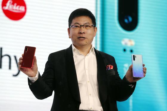 올 3월 프랑스 파리에서 리처드 위 화웨이 소비자비즈니스그룹 CEO가 신작 스마트폰 'P30' 시리즈를 소개하고 있다. 유럽은 중국에 이어 화웨이 모바일 제품의 최대 판매처로 알려져 있다. [AP=연합뉴스]