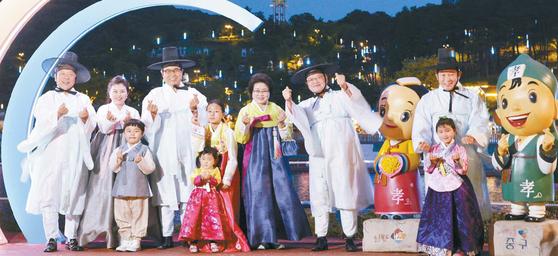 대전과 세종, 충남·북은 전국에서 가장 역동적이다. 대전은 대전방문의 해를 맞아 관광객 유치에 총력을 기울이고 있다. 경관조명이 설치된 대전시 뿌리공원에서 박용갑 중구청장(맨 오른쪽)과 주민들이 한복을 입고 사진을 찍고 있다. 프리랜서 김성태0