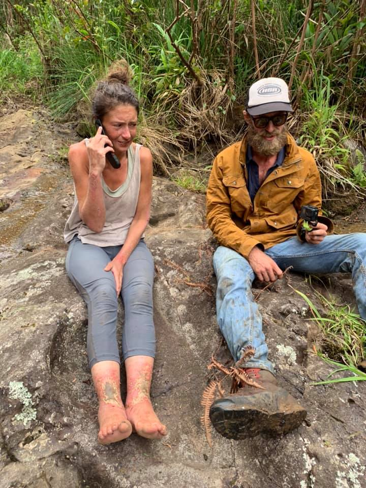 아만다 엘레가 24일(현지시간) 하와이 마우이섬 자연 보호구역에서 실종 17일만에 극적으로 구조된 뒤 가족과 통화하고 있다. [뉴시스]