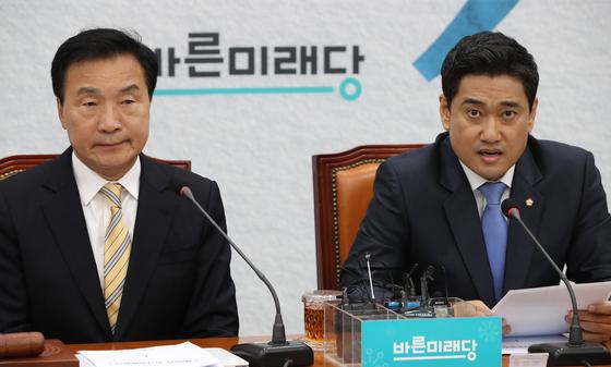 바른미래당 최고위원회의가 27일 국회에서 열렸다. 오신환 원내대표(오른쪽)가 발언하고 있다. 오종택 기자