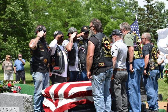 지난 25일(현지시간) 미국 오하이오주(州) 신시내티의 스프링 그로브 묘지에서 열린 한국전 참전용사 헤즈키아 퍼킨스씨의 장례식 모습 [스프링 그로브 묘지 페이스북]