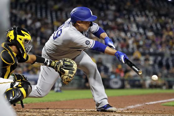 LA 다저스의 류현진이 26일 피츠버그와의 원정 경기에서 6회 희생번트를 대고 있다. 9번 타자로 나온 류현진은 4회 초 결승 2루타를 터뜨리며 7승을 자축했다. [AP=연합뉴스]