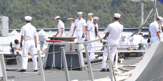 24일 오전 10시 15분쯤 경남 창원시 진해구 진해 군항에서 열린 해군 청해부대 '최영함' 입항 환영식 중 배 앞부분에서 홋줄이 끊어지는 사고가 발생해 군 관계자들이 부상자들의 상태를 살피고 있다. [연합뉴스]