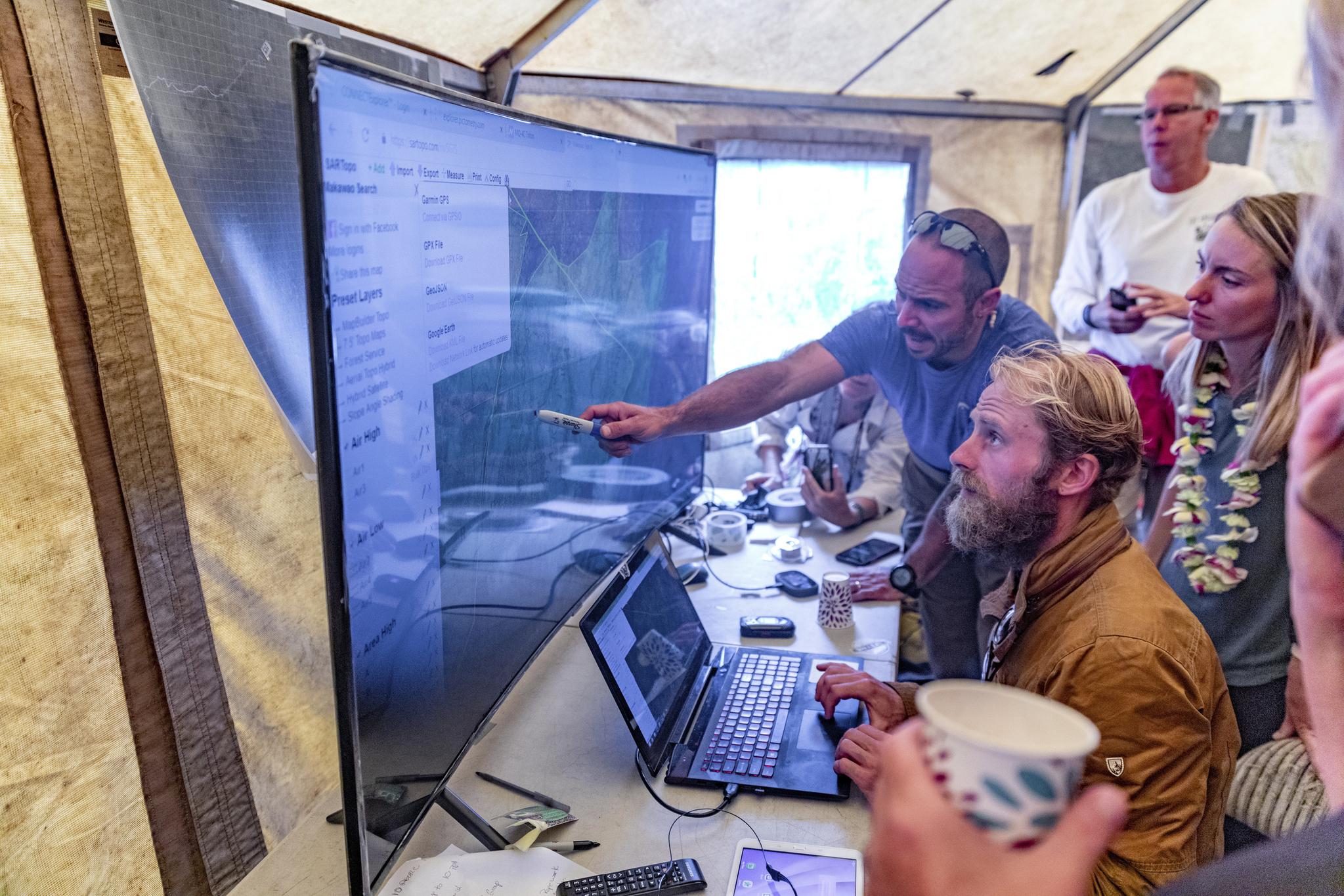엘러를 구조한 대원들이 25일(현지시간) 마카와오 산림보호구역 기지 캠프에서 구조 과정을 설명하고 있다.[AP=연합뉴스]