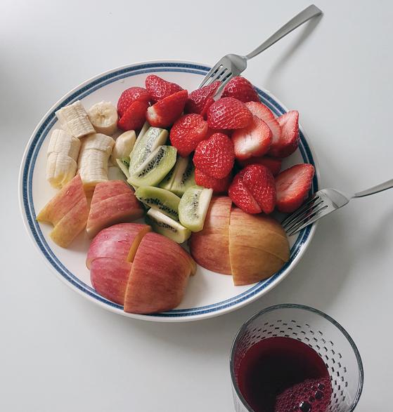 현재의 아침 식사. 제철 과일을 원하는 만큼 먹는다. 과일을 아침 식사로 시작한 처음에는 여러 다양한 과일을 먹었는데 점차 철에 맞는 한두 가지의 과일을 먹게 되었다. 제철 과일이 계절을 거스르는 과일보다 더 저렴하고 맛있기 때문이다. [사진 심채윤]