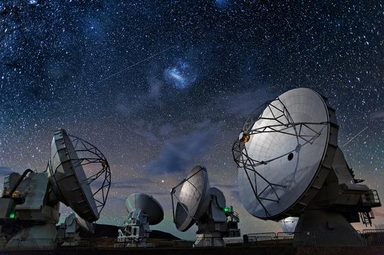 사상 최초로 블랙홀을 관측한 EHT 프로젝트에 참여한 칠레 ALMA 전파망원경의 모습. 전파천문학은 우주에서 내려오는 특정 주파수의 전파를 토대로 천체를 관측한다. 이 때문에 일론 머스크가 수백대의 위성으로 구축하겠다고 밝힌 '우주인터넷망' 프로젝트가 전파천문학에 방해가 될 수 있다는 우려가 제기되고 있다. [사진제공=ALMA(ESO/NAOJ/NRAO)]