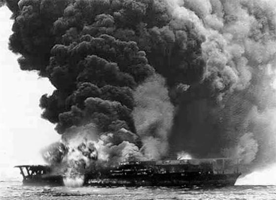 1942년 6월 4일 미드웨이 해전에서 미국 해군 급강하 폭격기의 공격을 받고 불타고 있는 일본제국 해군의 항공모함 가가함. 결국 가가함은 침몰한다.