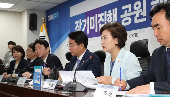 김현미 국토교통부 장관(오른쪽 두번째)이 28일 오전 국회 의원회관에서 열린 장기미집행 공원 해소방안 당정협의에서 발언하고 있다. [연합뉴스]
