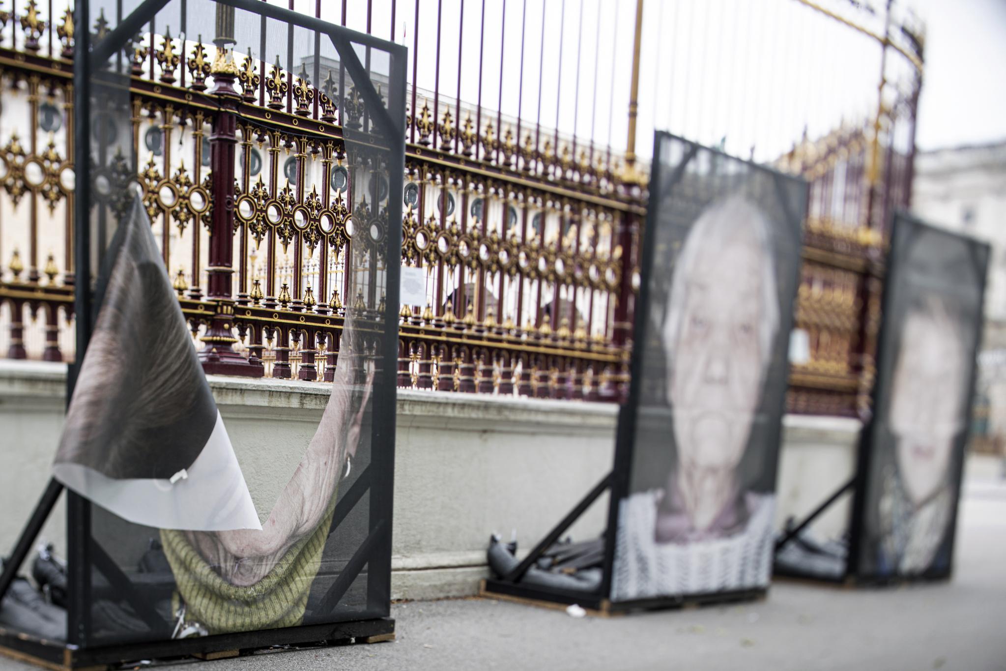 오스트리아 빈의 호프부르크 궁전을 배경으로 전시된 홀로코스트 생존자들의 초상화가 27일(현지시간) 크게 훼손되어 있다. [EPA=연합뉴스]