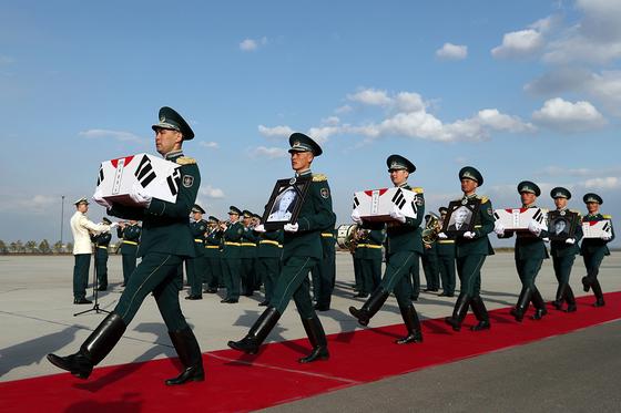 문재인 대통령이 카자흐스탄을 방문한 지난달 21일(현지시각) 카자흐스탄 누르술탄공항에서 카자흐스탄 군 의장대가 애국지사 계봉우.황운정 지사 내외의 유해를 봉환하기 위해 공군 2호기로 운구하고 있다. [뉴스1]