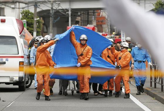 구조대원들이 28일(현지시간) 일본 가와사키 시에서 발생한 무차별 흉기 난동으로 부상당한 사람들을 이송하고 있다. [교도=연합뉴스]