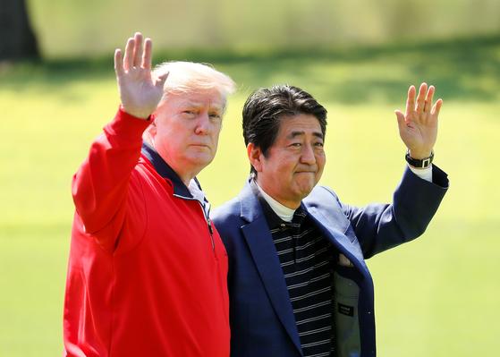 도널드 트럼프 미국 대통령과 아베 신조 일본 총리가 26일 일본 지바현의 모바라 컨트리 클럽에서 만난 뒤 기자들에게 포즈를 취했다. [로이터=연합뉴스]