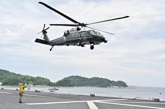 도널드 트럼프 미국 대통령이 탄 전용헬기 마린원이 28일 오전 10시 30분쯤 일본 해상자위대 가가함 갑판에 내리고 있다. [EPA=연합]