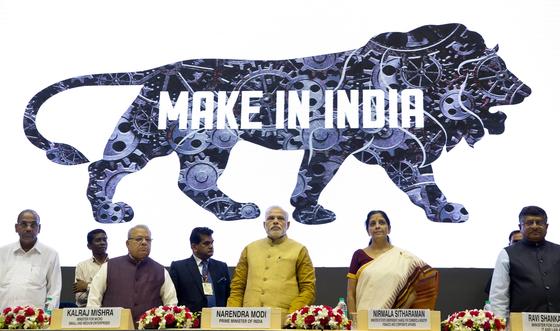 23일 결과가 발표된 인도 2019년 총선에서 압승한 집권 인도인민당(BJP)의 나렌드라 모디 총리(가운데)와 당 지도부가 2014년 9월 제조업 진흥을 위한 '인도에서 물건을 만드세요(Make in India)' 정책 로고를 공개하고 있다. BJP와 모디 총리는 경제 성장을 위해 많은 노력을 기울여 왔으며 이는 이번 총선 승리의 원동력의 하나로 꼽힌다. [AP=연합뉴스]
