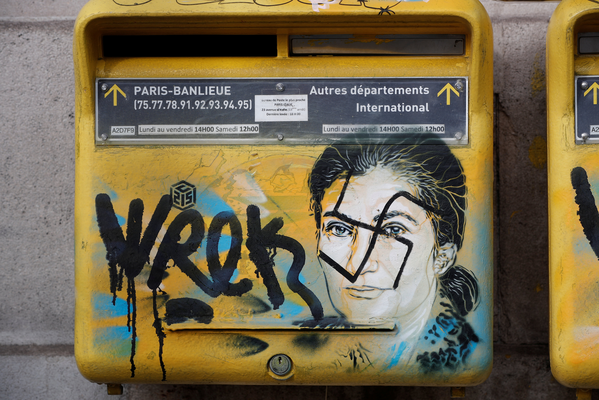지난 2월 12일 프랑스 파리에서 홀로코스트 생존자 초상화가 그려진 우편함에 훼손되어 있다. [로이터=연합뉴스]