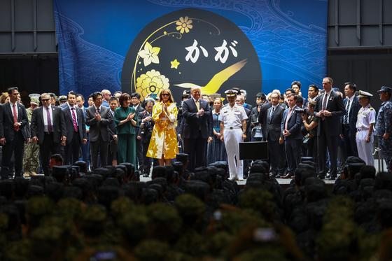 일본 해상자위대 가가함 격납고에서 도널드 트럼프 미국 대통령 부부와 아베 신조 일본 총리 부부. [AFP=연합]
