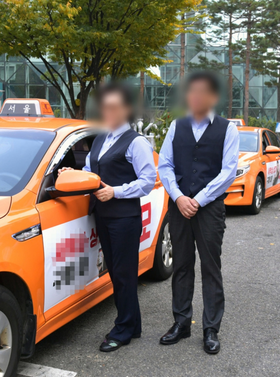 2017년 11월 서울시가 도입한 법인택시 기사의 유니폼. 밝은 청색 체크무늬 셔츠에 조끼가 갖춰져 있다.[사진 서울시]