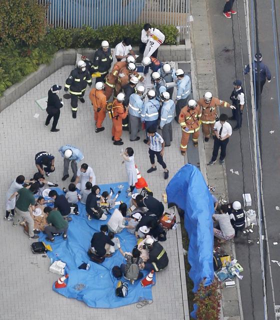 구조대원들이 28일(현지시간) 일본 가와사키 시에서 발생한 무차별 흉기 난동으로 부상당한 사람들을 돌보고 있다. [교도=연합뉴스]