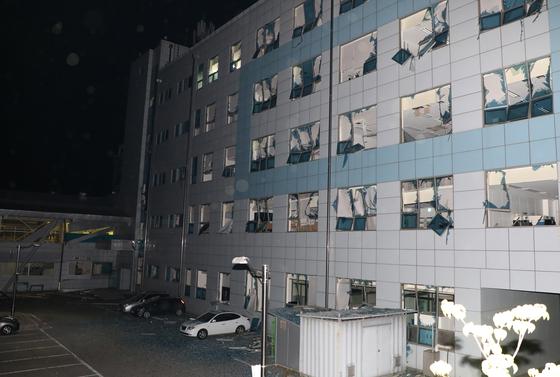 23일 강원도 강릉시 공장에서 발생한 수소탱크 폭발 여파로 옆 건물 유리창이 모조리 깨졌다. [뉴스1]