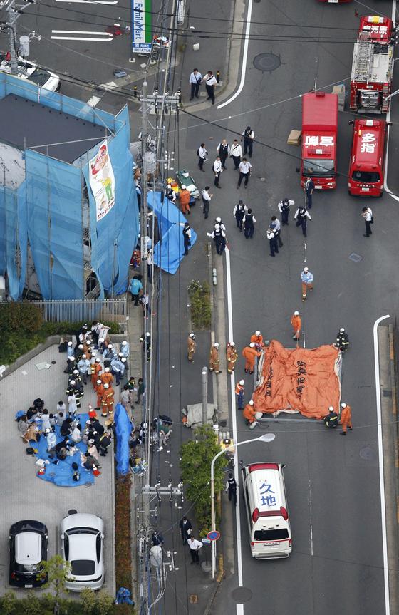 구조대원들이 28일(현지시간) 일본 가와사키 시에서 발생한 무차별 흉기 난동으로 부상당한 사람들을 돌보고 있다. [교도=연합뉴스] )